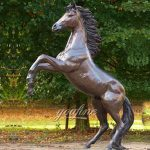 famous racing horse statue for school America